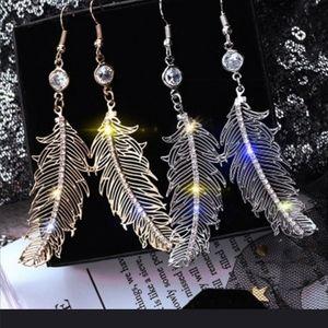 Jewelry - Beautiful gold feather dangle earrings